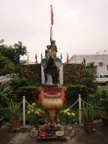 Statue-of-the-Trưng-Sisters-inside-Trưng-Vương-Emergency-Hospital-in-Ho-Chi-Minh-City.-480x640