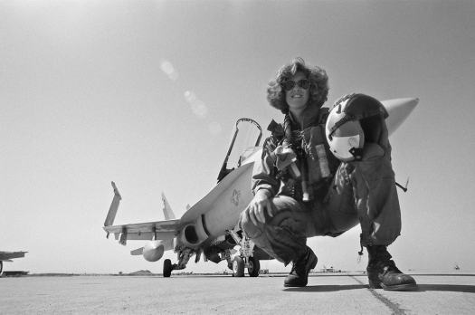 USN_Female_Fighter_Pilot_Lt._Tammie_Jo_Shults_(Bonnell)_poses_in_front_of_her_F-18_Hornet_aircraft(3363631_Milne-1aInsta)